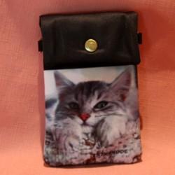 Pochette de téléphone tête de chat posée sur ses pattes