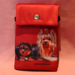 Pochette de téléphone yorkshire sur fond rouge
