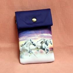 Pochette de téléphone trois chevaux blanc au galop sur fond violet