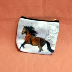 Porte monnaie plat cheval courant dans la neige